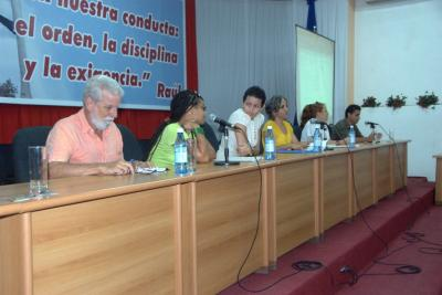 Un abrazo entre blogueros del centro de Cuba.